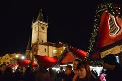 Mercati di Natale a Praga sotto la torre di Città Vecchia Corridoio fotografie stock libere da diritti