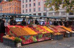Mercato all'aperto che vende vari prodotti, alimenti e fiori fotografie stock