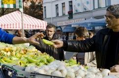 Mercato all'aperto degli agricoltori, peperoni d'acquisto dell'uomo Immagine Stock