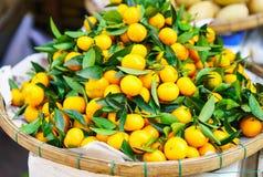 Mercato asiatico dell'agricoltore che vende mandarino fresco nel Vietnam Immagine Stock