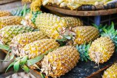 Mercato asiatico dell'agricoltore della via che vende ananas fresco nel Vietnam Immagini Stock