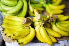 Mercato asiatico dell'agricoltore della via che vende casco di banane nel Vietnam Immagini Stock Libere da Diritti