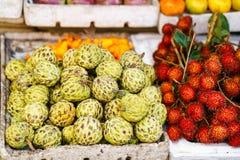 Mercato asiatico dell'agricoltore della via che vende cherimolia e rambutan nel Vietnam Fotografie Stock Libere da Diritti