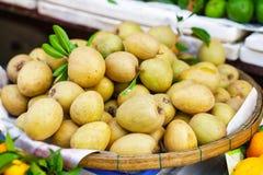 Mercato asiatico dell'agricoltore della via che vende frutta fresca nel Vietnam Immagini Stock Libere da Diritti