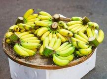 Mercato asiatico dell'agricoltore della via che vende la frutta fresca della banana nel Vietnam Immagini Stock