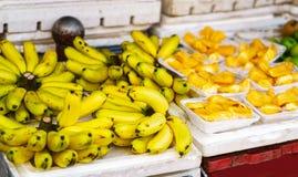 Mercato asiatico dell'agricoltore della via che vende le banane e durian nel Vietnam Fotografia Stock