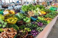 Mercato asiatico tradizionale Frutta e verdure ad un servizio dei coltivatori Prodotto agricolo fresco organico fotografie stock libere da diritti
