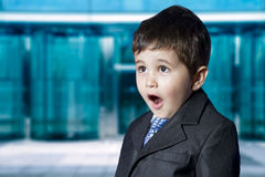 Mercato azionario. Bambino sorpreso dell'uomo d'affari Immagine Stock