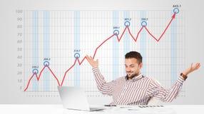 Mercato azionario calcolatore dell'uomo d'affari con il grafico in aumento nelle sedere Immagini Stock