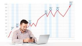 Mercato azionario calcolatore dell'uomo d'affari con il grafico in aumento nelle sedere Fotografia Stock