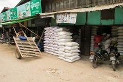 Mercato birmano di Nyaung-U, con le stalle che vendono gli oggetti differenti, vicino a Bagan, il Myanmar fotografia stock