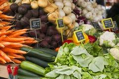 Mercato con il camion di giardino, le verdure, la frutta, le bacche ecc Fotografia Stock Libera da Diritti