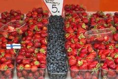 Mercato con il camion di giardino, le verdure, la frutta, le bacche ecc Immagini Stock