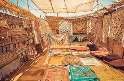Mercato con le vecchi coperte e tappeti con i modelli variopinti tradizionali alla via del mercato di mattina Fotografia Stock Libera da Diritti