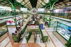 Mercato coperto con il corridoio ed i negozi enormi Immagine Stock Libera da Diritti