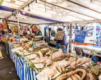 Mercato degli agricoltori di visita della gente in Chaillot, Parigi Fotografie Stock