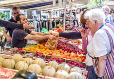 Mercato degli agricoltori di visita della gente in Chaillot, Parigi Immagine Stock