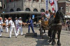 Mercato del formaggio olandese in Hoorn con i lavoratori Immagini Stock