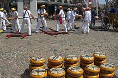 Mercato del formaggio olandese in Hoorn con i portatori lavoranti Immagine Stock