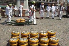 Mercato del formaggio olandese in Hoorn con i portatori lavoranti Immagini Stock Libere da Diritti