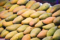 Mercato del mango - agricoltura organica dei prodotti del nuovo mango fresco del raccolto di estate da vendere fotografia stock libera da diritti