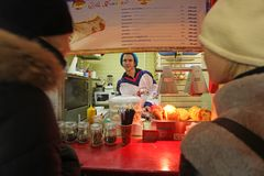 Mercato del nuovo anno di Natale vicino al grande magazzino della GOMMA, quadrato rosso, Mosca Immagine Stock
