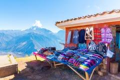 Mercato del ricordo sulla via di Ollantaytambo, Perù, Sudamerica. Immagine Stock Libera da Diritti