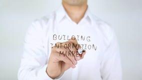 Mercato dell'informazione della costruzione, scrittura dell'uomo sul vetro, scritto a mano Fotografia Stock Libera da Diritti