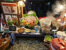 Mercato dell'interno dell'acqua di verdure del supporto assortito della minestra fotografie stock libere da diritti