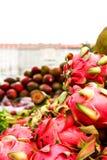 mercato della città con i frutti esotici Immagini Stock Libere da Diritti