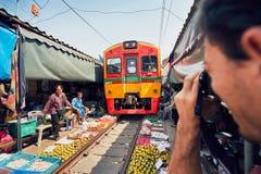 Mercato della ferrovia di Maeklong fotografie stock