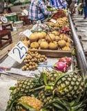 Mercato della ferrovia di Maeklong immagini stock libere da diritti