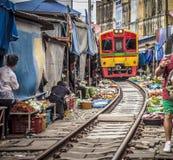 Mercato della ferrovia di Maeklong fotografie stock libere da diritti