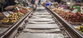 Mercato della ferrovia di Maeklong fotografia stock