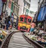 Mercato della ferrovia di Maeklong immagine stock libera da diritti