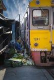 Mercato della ferrovia di Maeklong Immagini Stock