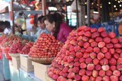 Mercato della fragola nel mercato del Lat del Da del Vietnam immagini stock libere da diritti