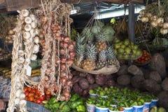 Mercato della verdura e della frutta con i prodotti tropicali misti della scena, Immagini Stock