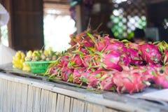 Mercato delle banane e di Dragon Fruit nel delta del Vietnam il Mekong fotografie stock