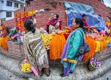 Mercato delle ghirlande del fiore a Kathmandu Fotografie Stock Libere da Diritti
