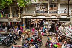Mercato di Bali in Ubud in pieno della gente fotografie stock libere da diritti