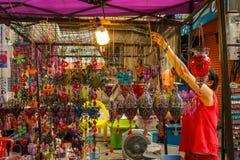 Mercato di camminata di notte della via di domenica in Chiang Mai, Tailandia Fotografie Stock Libere da Diritti