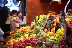 Mercato di frutta con la selezione enorme della frutta Immagini Stock Libere da Diritti