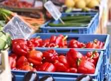 Mercato di frutta con la varie frutta e verdure Fotografia Stock