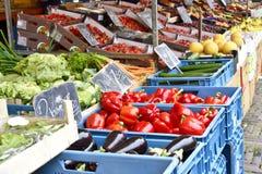 Mercato di frutta con la varie frutta e verdure Fotografie Stock Libere da Diritti