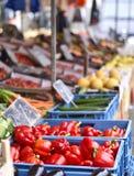 Mercato di frutta con la varie frutta e verdure Immagini Stock