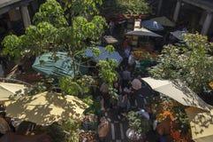 Mercato di frutta del DOS Lavradores di Mercado, Funchal/MADERA - 22 aprile 2017: Compratori e venditori sul DOS famoso Lavradore fotografia stock libera da diritti