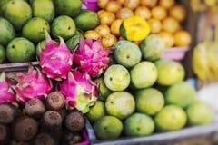 Mercato di frutta dell'aria aperta del villaggio in Bali Fuoco selettivo fotografie stock libere da diritti