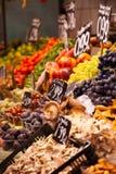 Mercato di frutti, in La Boqueria, mercato famoso di Barcellona fotografie stock