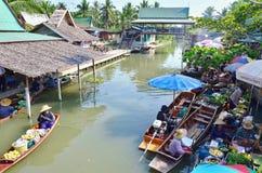Mercato di galleggiamento alla notte in Amphawa, provincia di Samut Songkhram, Fotografia Stock Libera da Diritti